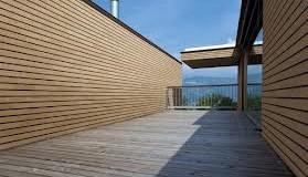 Traitement de la surface pour le bardage d'une maison en bois