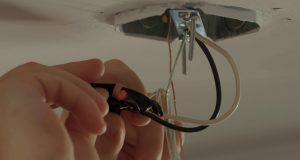 Comment brancher un luminaire au plafond