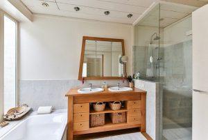 salle de bain avec une belle colonne de douche